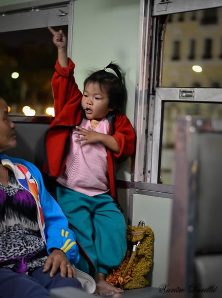 La petite fille du train – Entre Bangkok et Ayutthaya – Thaïlande