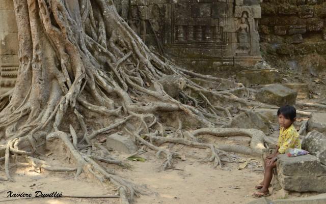 La petite fille pensive – Site d'Angkor – Cambodge