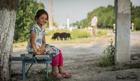 La retenue d'une petite fille ouzbèque – Vallée de Ferghana – Ouzbékistan