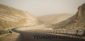 Sur la route, entre Samarcande et Boysun - À travers la roche