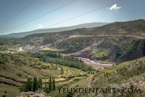 Entre Dushambé et Qalai Khum - Couche de vert sur roche